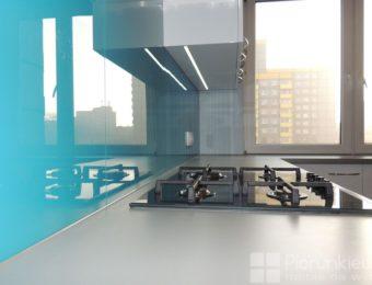 Kuchnia z akcentem kolorowego szkła.