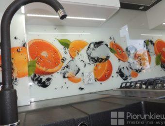 W bieli i pomarańczach